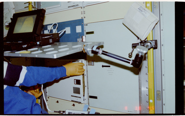 S42-205-033 - STS-042 - Crew works with the Space Acceleration Measurement System (SAMS) hardware