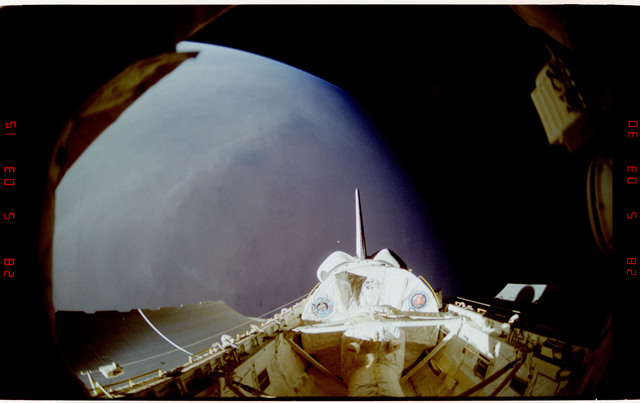 S42-25-024 - STS-042 - IML-1 Spacelab module and tunnel in payload bay