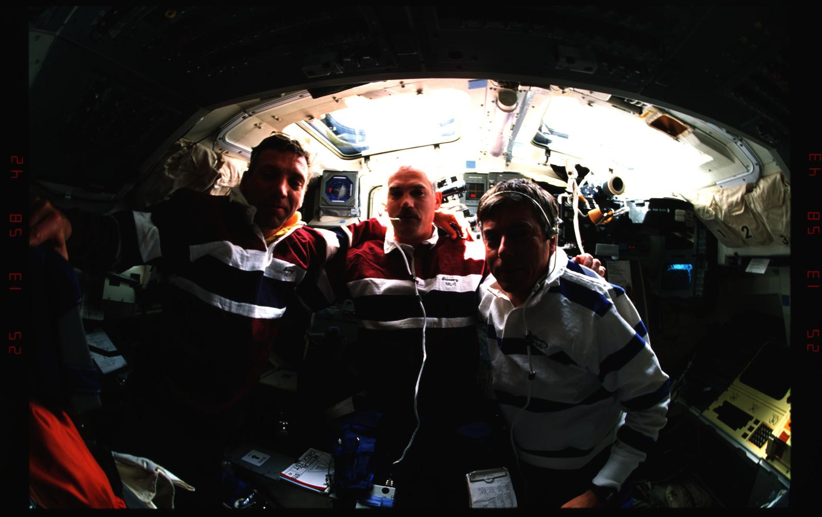 S42-37-025 - STS-042 - STS-42 crew activities
