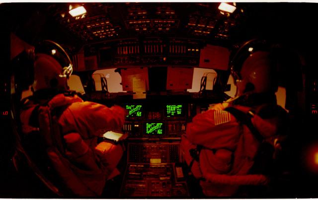 S42-45-034 - STS-042 - STS-42 crew activities