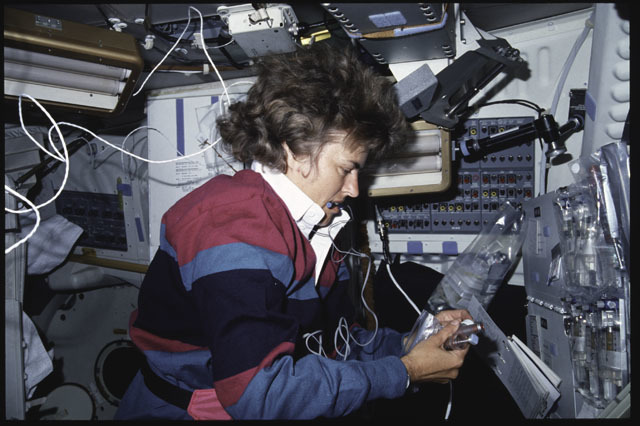 S43-03-001 - STS-043 - STS-43 MS Lucid works with BIMDA-02 cell syringes on OV-104's middeck