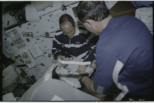 S43-20-019 - STS-043 - STS-43 Low and Baker work with DSO 478's equipment on OV-104's middeck