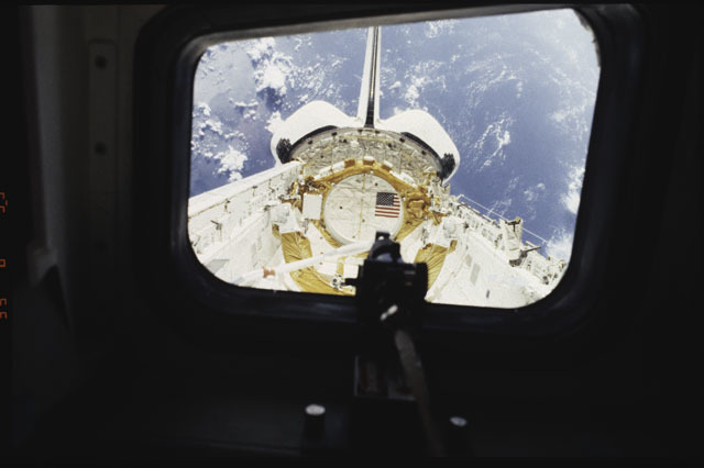 S43-27-033 - STS-043 - A view of the OCTW optical coupler on OV-104's aft flight deck window W9