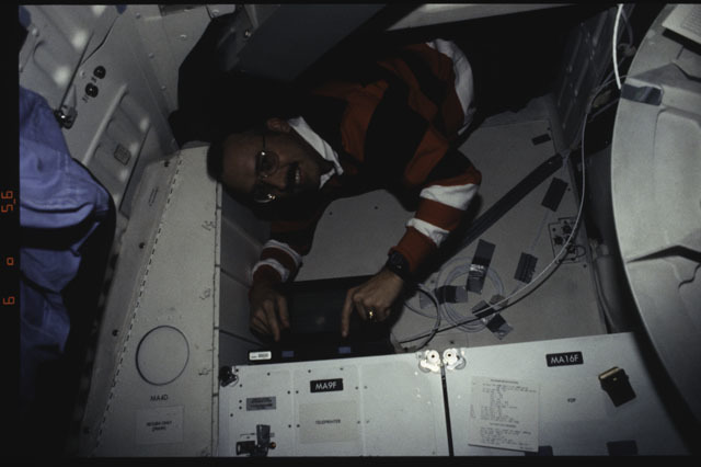 S43-31-035 - STS-043 - STS-43 MS Adamson uses a laptop computer on OV-104's middeck
