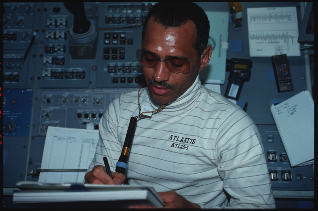 S45-05-009 - STS-045 - Mission Commander Bolden and Payload Specialist Frimout