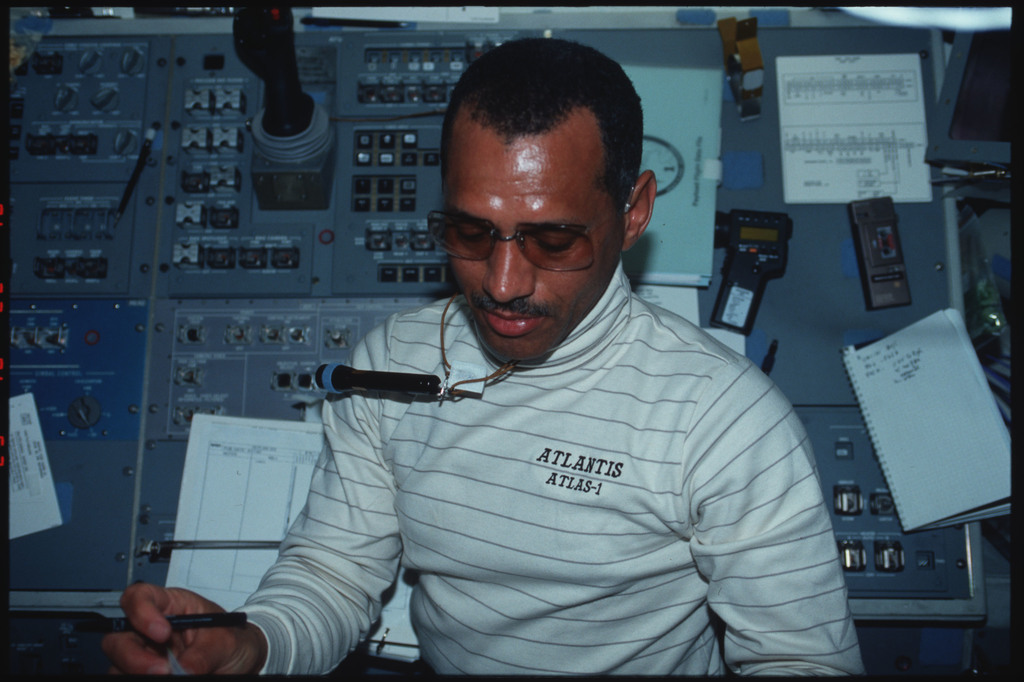 S45-05-010 - STS-045 - Mission Commander Bolden and Payload Specialist Frimout