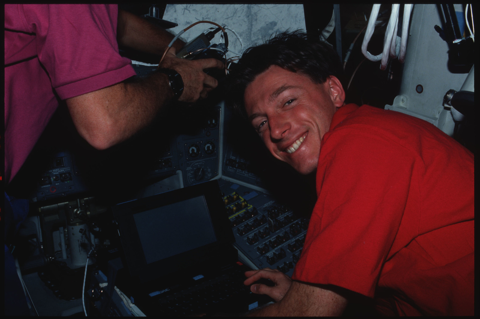 S45-17-017 - STS-045 - Mission Specialists Foale and Leesma on flight deck of Atlantis