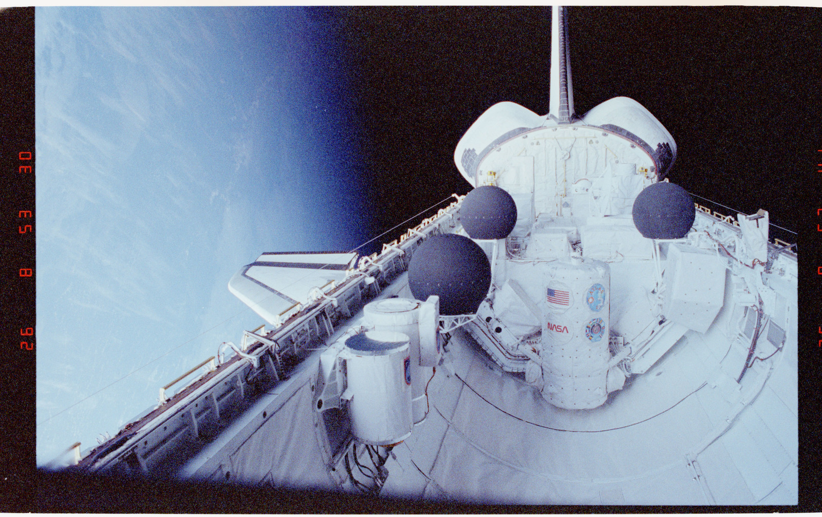 S45-35-001 - STS-045 - Payload bay