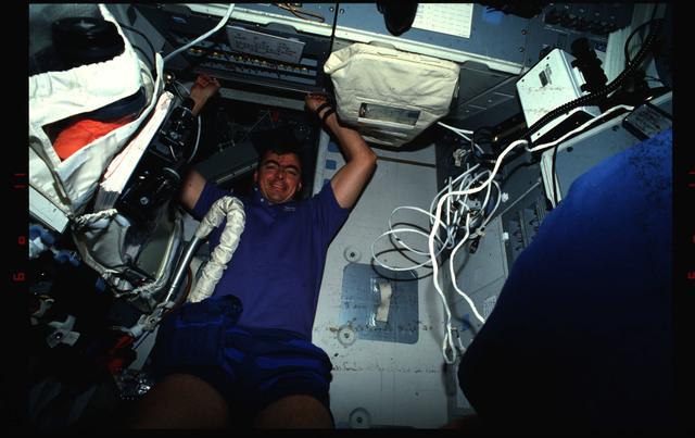 S46-01-034 - STS-046 - Andrew Allen working in the flight deck of Atlantis