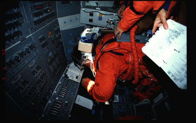 S46-02-010 - STS-046 - Andrew Allen in the Flight Deck of Atlantis OV-104 after launch