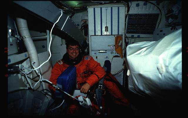 S46-02-020 - STS-046 - Andrew Allen in the middeck of Atlantis with a CES pole resting on his head