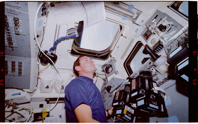 S47-03-018 - STS-047 - STS-47 pilot Brown on aft flight deck