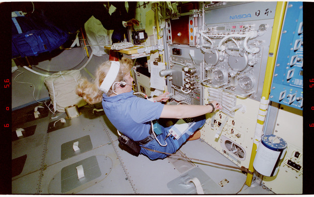 S47-03-029 - STS-047 - STS-47 MS Davis conducts FFEU experiment