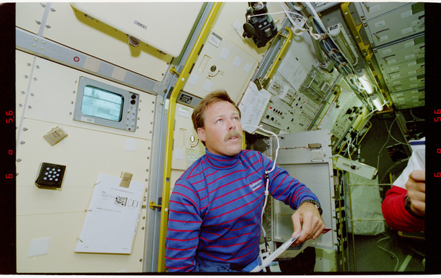 S47-05-010 - STS-047 - STS-47 crew shift changeover in Spacelab-Japan (SL-J)