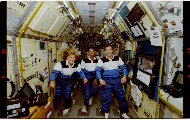 S47-12-016 - STS-047 - Portrait of three mission specialists on STS-47