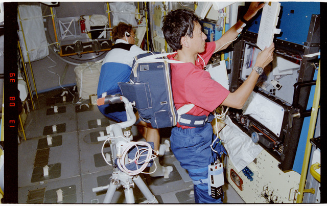 S47-201-004 - STS-047 - VISUAL STABILITY - STS-47 PS Mohri sets up experiment