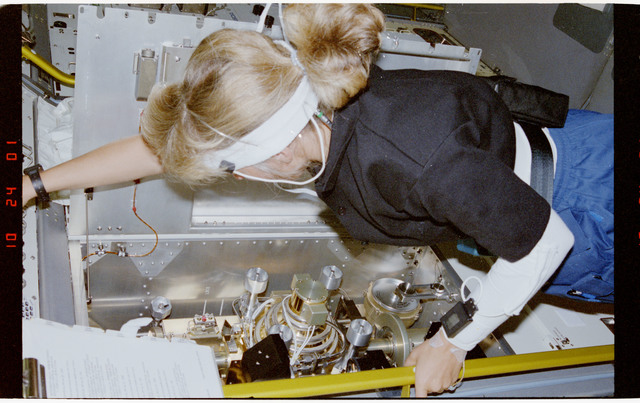 S47-202-003 - STS-047 - STS-47 MS Davis conducts experiment in the Image Furnace