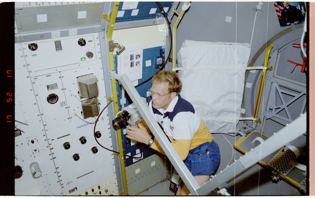S47-203-019 - STS-047 - VISUAL STABILITY - STS-47 PLC Lee sets up experiment