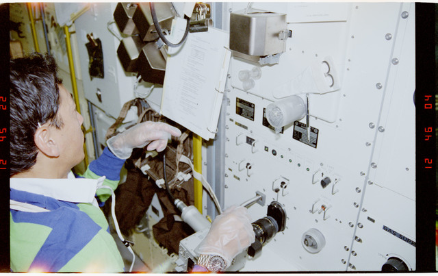S47-229-030 - STS-047 - PS Mohri and ``caged`` crystalline substance at Rack 10 in SLJ