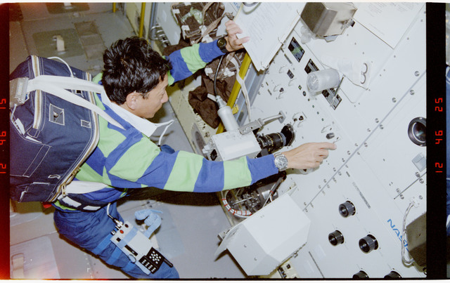 S47-229-032 - STS-047 - PS Mohri and ``caged`` crystalline substance at Rack 10 in SLJ