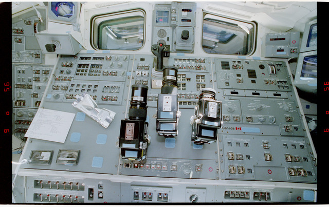S47-33-009 - STS-047 - Aft end of SLJ, clockwise coverage of middeck and flight deck of orbiter