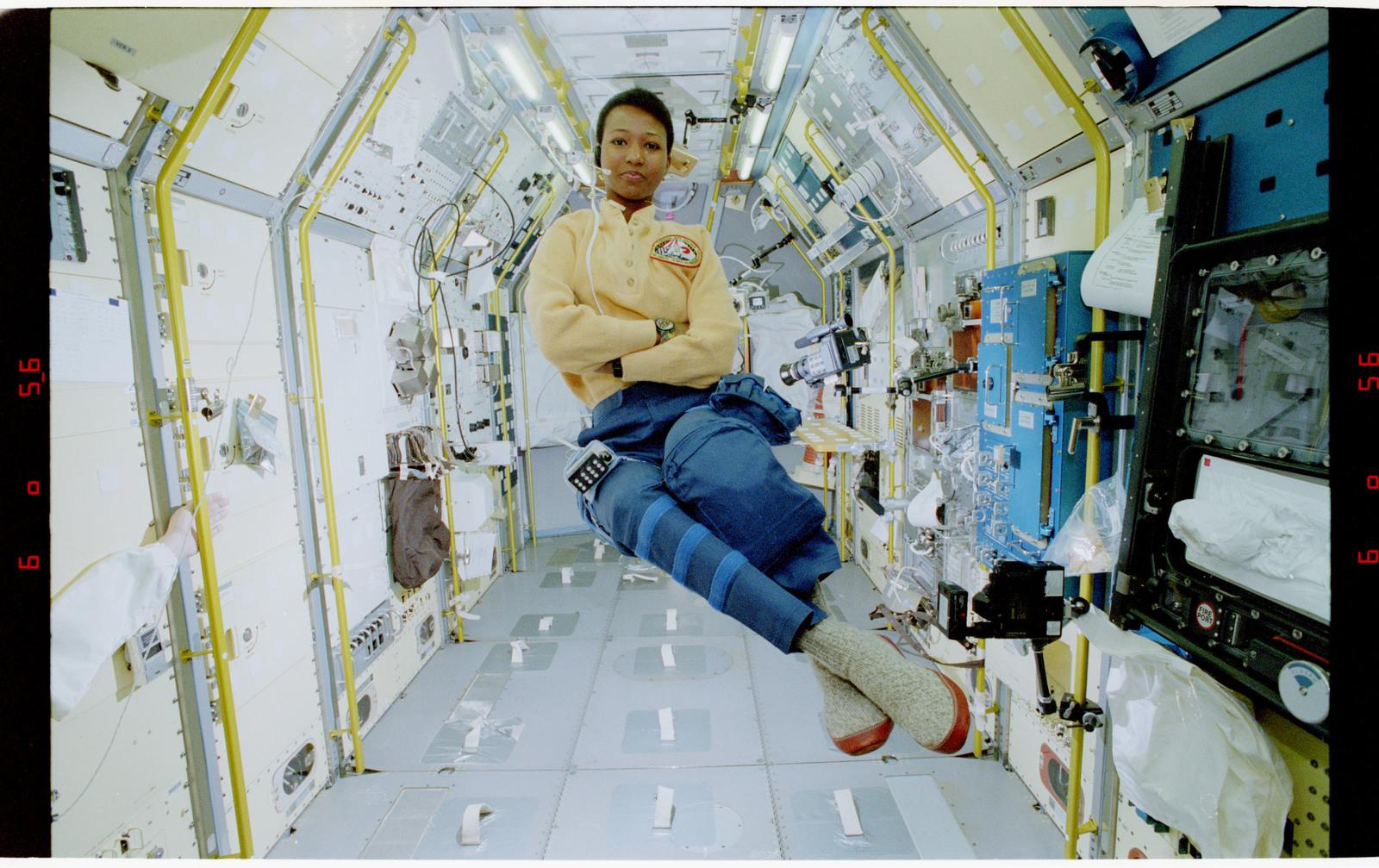 S47-37-004 - STS-047 - MS Mae Jemison in SLJ