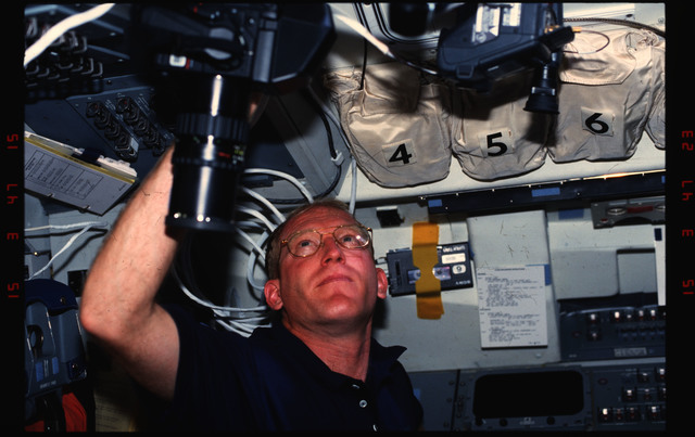 S48-06-005 - STS-048 - Various views of STS-48 crew on flight deck and middeck
