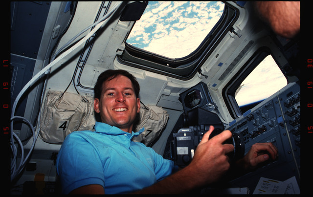 S48-07-032 - STS-048 - STS-48 crew take photos from the aft flight deck windows