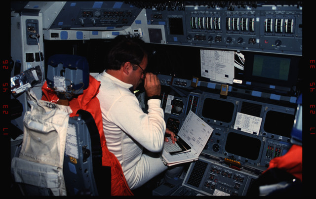 S48-12-008 - STS-048 - Creighton on forward flight deck