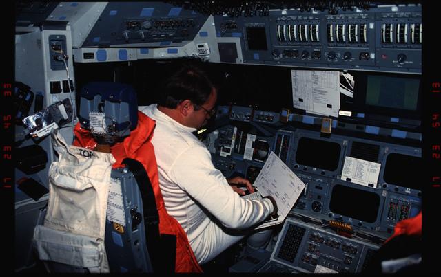 S48-12-009 - STS-048 - Creighton on forward flight deck