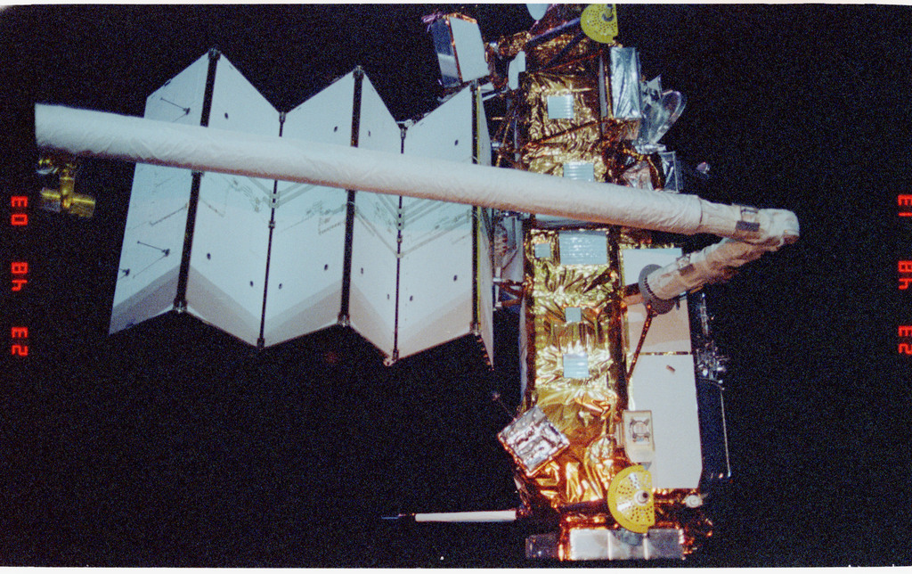 S48-23-016 - STS-048 - UARS - Upper Atmosphere Research Satellite