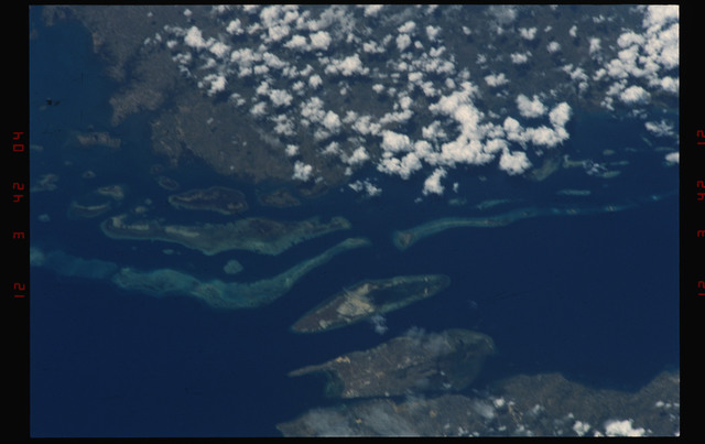 S49-06-006 - STS-049 - Vertical view of an unidentified coastline, 30% cloud covered.