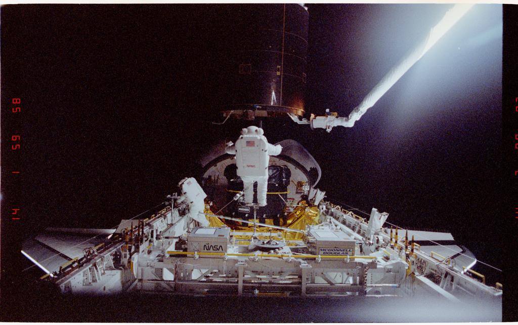 S49-211-013 - STS-049 - Three Mission Specialist EVA manual INTELSAT capture.