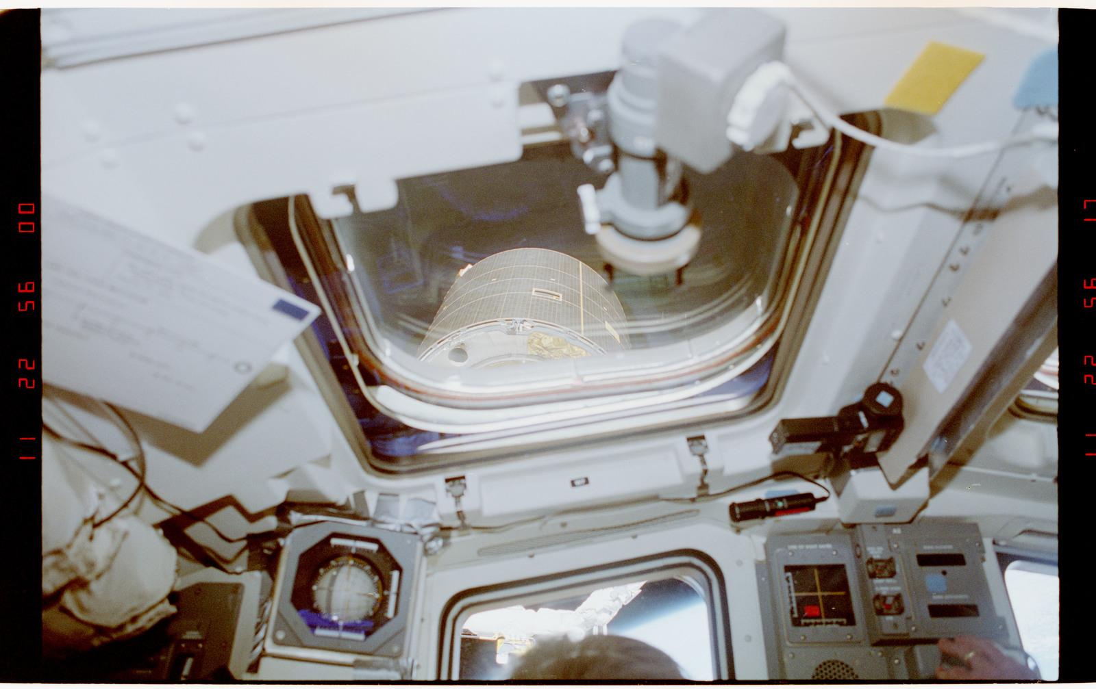 S49-37-032 - STS-049 - Scenes of the single crewmember EVA INTELSAT capture attempt.