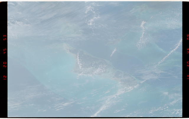 S49-38-025 - STS-049 - Earth observation scene of Andros Island, Bahama Island Group.