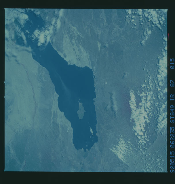 S49-87-015 - STS-049 - STS-49 earth observations