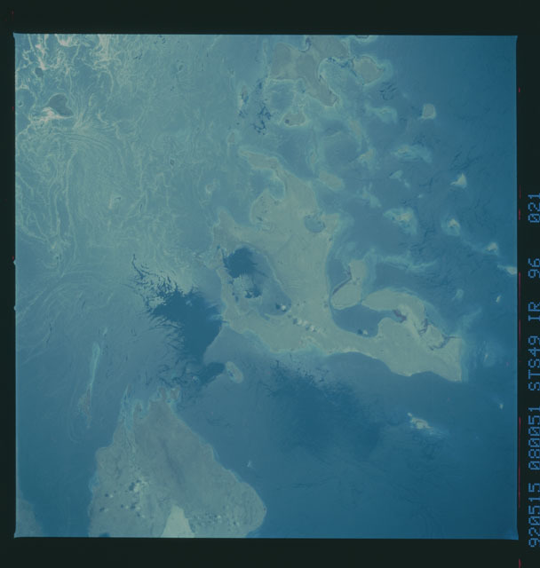 S49-96-021 - STS-049 - STS-49 earth observations