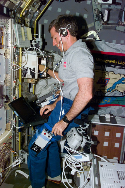 S73E5011 - STS-073 - STDCE and PCG-GBX, Payload Specialist Fred Leslie works with laptop computer