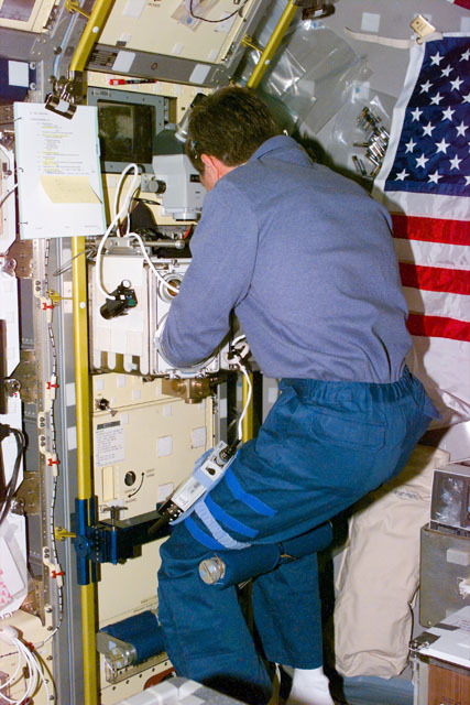 S73E5321 - STS-073 - Glovebox,Payload Specialist Fred Leslie works with Spacelab glovebox