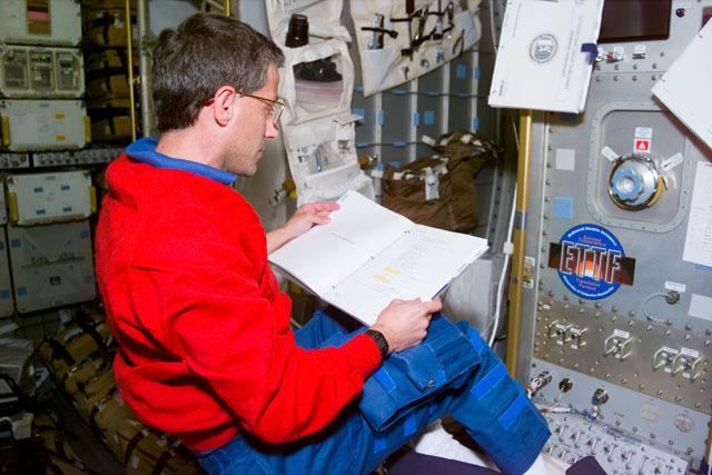 S79E5009 - STS-079 - ETTF - Apt reviews checklist before activation