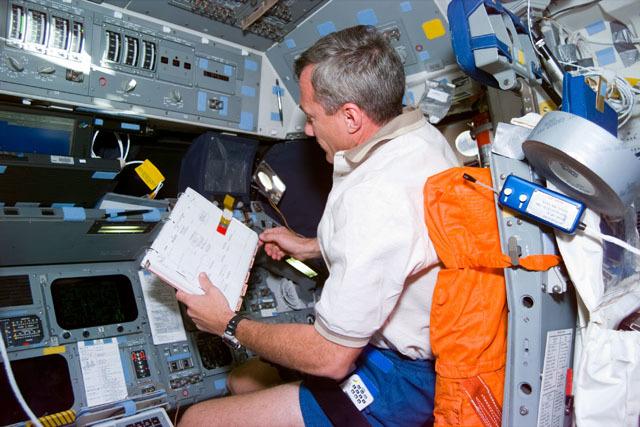 S79E5011 - STS-079 - Pilot Wilcutt reviews checklist on flight deck
