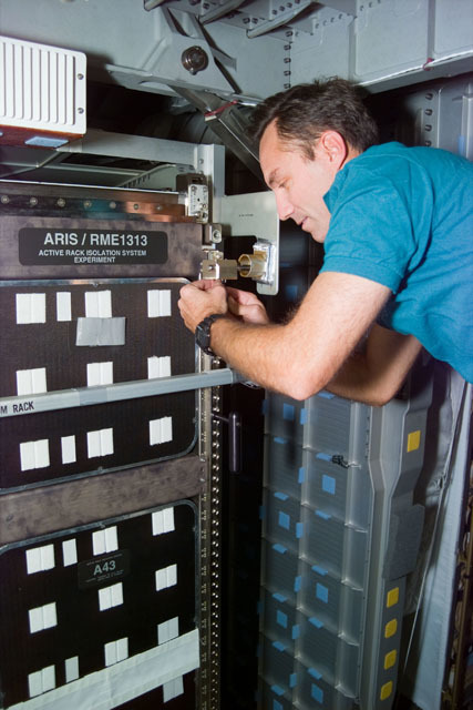 S79E5262 - STS-079 - RME 1313 - Astronauts Walz working with the ARIS rack