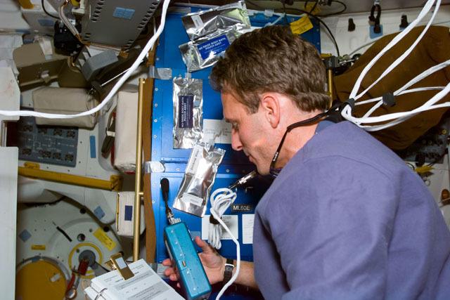 S81E5398 - STS-081 - STS-81 pilot Jett on middeck