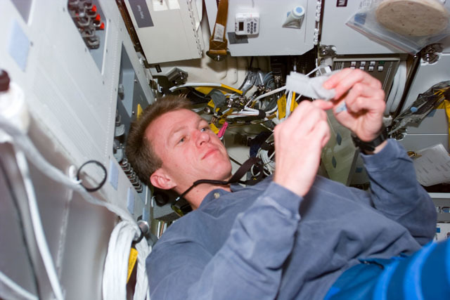 S81E5399 - STS-081 - STS-81 pilot Jett on middeck