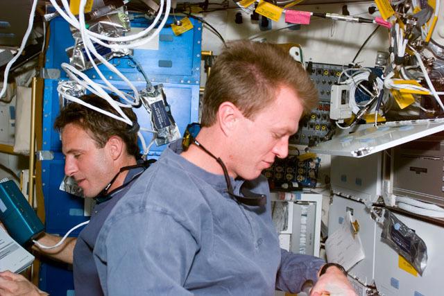 S81E5400 - STS-081 - STS-81 pilot Jett on middeck
