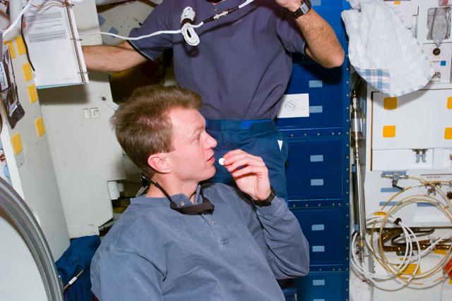 S81E5401 - STS-081 - STS-81 pilot Jett on middeck