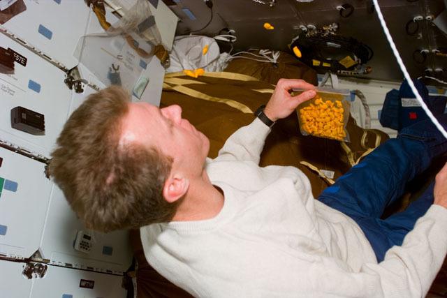 S81E5568 - STS-081 - Pilot Jett on middeck