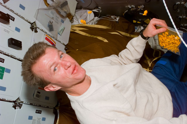S81E5569 - STS-081 - Pilot Jett on middeck