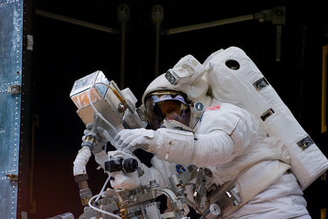 S82E5321 - STS-082 - EVA 1 activity on Flight Day 4 to service the Hubble Space Telescope