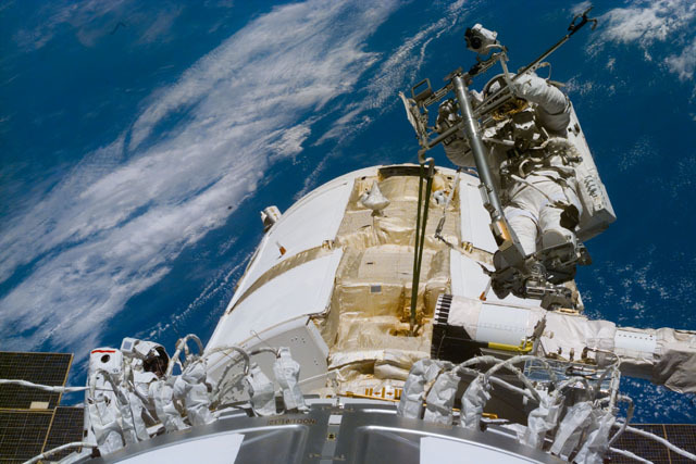 S88E5098 - STS-088 - Newman on RMS arm after deploying TORU antenna on FGB/Zarya module